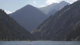 Bergmeer met familie op boot 4k vlak beeldprofiel stock video