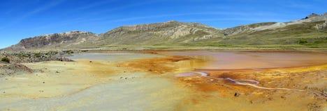 Bergmeer met het oranje water van de metaalkleur Stock Afbeeldingen