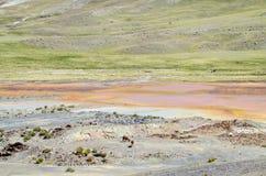 Bergmeer met het oranje water van de metaalkleur Royalty-vrije Stock Fotografie
