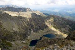 Bergmeer onder rotsen in Tatras, Slowakije royalty-vrije stock foto