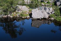 Bergmeer op de manier aan Preikestolen, Noorwegen Stock Foto's