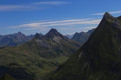 Bergmening in de alpen met blauwe hemel royalty-vrije stock foto's