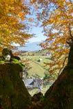 Bergmening door de herfstbladeren Royalty-vrije Stock Afbeelding