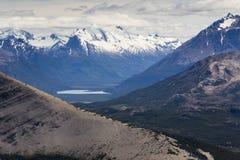 Bergmening met pieken, sneeuw en een meer royalty-vrije stock afbeelding
