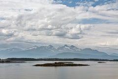 Bergmening met sommige eilanden in de fjord in Molde, Noorwegen Stock Afbeeldingen