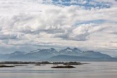 Bergmening met sommige eilanden in de fjord in Molde, Noorwegen Royalty-vrije Stock Fotografie