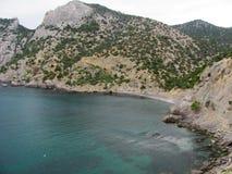 Bergmening over een schilderachtige baai in de Krim Royalty-vrije Stock Foto's