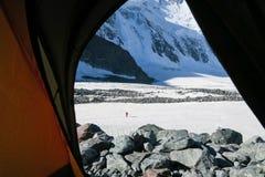 Bergmening van de tent Alpinist die op de afstand lopen De Bergen van Altai royalty-vrije stock fotografie