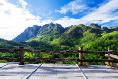Bergmening van houten balkon Stock Afbeeldingen
