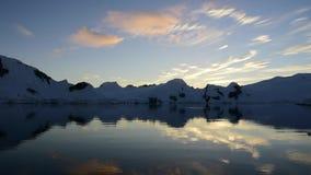 Bergmening in zonsopgang stock videobeelden