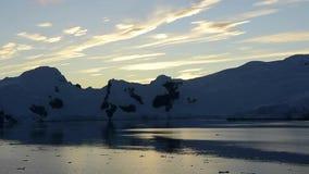 Bergmening in zonsopgang stock video