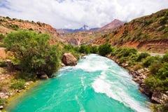 Bergmorraine Fluss unter blauem Himmel Stockbild