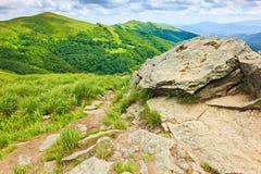 Bergnaturen vaggar väglandskapet Carpathians Polen royaltyfri bild