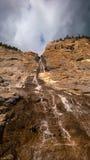 Bergonweer die zonlicht cascde waterval verlengen Royalty-vrije Stock Foto