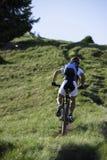 Bergopwaartse Mountainbike Royalty-vrije Stock Foto's