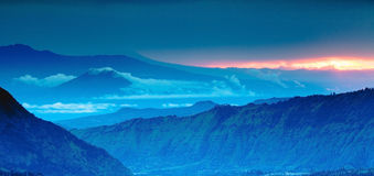 Bergpanorama auf der Draufsicht, blaue Berge Stockbild