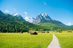 Bergpanorama framme av blå himmel Garmisch - Partenkirchen Arkivbild