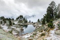 Bergpanorama i nationalpark för Aigà ¼estortes I Estany de Sant Maurici arkivfoton