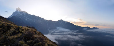 Bergpanorama-Landschaft in Himalaja Sonnenuntergang, Machapuchare-Spitzenansicht Stockfotografie