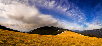 Bergpanorama med dramatisk himmel Arkivbild