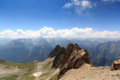 Bergpanorama med Rote Saule och sänka Sajatscharte i fjällängarna, Österrike arkivfoton