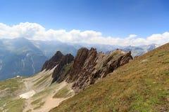 Bergpanorama med Rote Saule och sänka Sajatscharte i fjällängarna, Österrike fotografering för bildbyråer