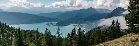 Bergpanorama med sjön och skog och moln royaltyfri bild