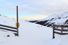 Bergpanorama med snö och soluppgång i vinter i Stubai fjällängar Royaltyfria Bilder
