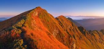 Bergpanorama med vandringsledet Royaltyfria Bilder