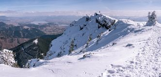 Bergpanorama met bergbeklimmers, in de winter stock foto's