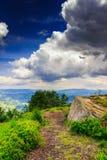 Bergpanorama met witte steen vóór het onweer Royalty-vrije Stock Afbeelding