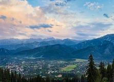 Bergpanorama met zonsonderganghemel Stock Foto's