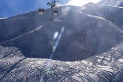 Bergpanorama mit Skiaufzug Blau, Vorstand, Kostgänger, Einstieg, Übung, Extrem, Spaß, Drachen, kiteboard, kiteboarding, kitesail, stockbild