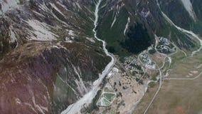 Bergpanorama- und Regelungsansicht von oben genanntem vom Hubschrauber in Neuseeland stock video footage