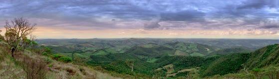 Bergpanoramasikt på den Ibitipoca nationalparken royaltyfri bild