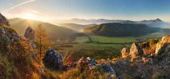 Bergpanoramat i Slovakien - fjädra Arkivfoton