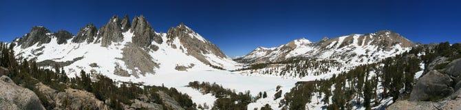 bergpanoramatoppig bergskedja Arkivfoton