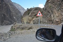 Bergpas en verkeersteken Stock Foto's