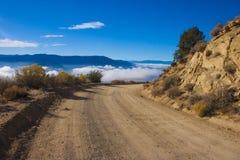 Bergpas, waarvan de wolken over de vallei kunnen worden gezien Royalty-vrije Stock Foto