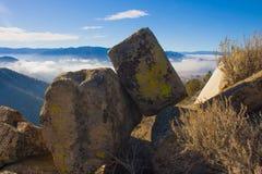 Bergpas, waarvan de wolken over de vallei kunnen worden gezien Stock Foto
