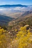 Bergpas, waarvan de wolken over de vallei kunnen worden gezien Stock Foto's