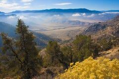 Bergpas, waarvan de wolken over de vallei, in Sierra Nevada kunnen worden gezien Stock Fotografie