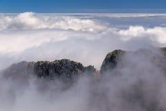 Bergpasserande i moln Royaltyfri Bild