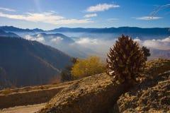 Bergpasserande, som molnen över dalen kan ses från royaltyfria bilder