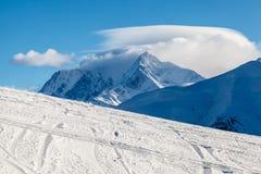 Bergpiek en Ski Slope dichtbij Megeve in Franse Alpen stock foto's