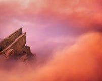 Bergpiek en Wolken Stock Afbeeldingen