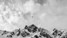Bergpiek met helikopter die over op een bewolkte hemel vliegen stock afbeeldingen