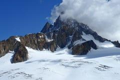 Bergpiek met sneeuw in de Zwitserse Alpen wordt behandeld die Royalty-vrije Stock Foto's
