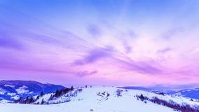Bergpiek met sneeuwslag door wind Het landschap van de winter Koude dag, met sneeuw stock videobeelden