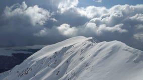 Bergpiek tegen wolken Stock Foto's